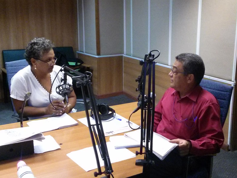 Periodista Hilia Tamayo Batista y el Doctor en Ciencias Filosóficas y miembro de la Comisión Permanente para la Implementación y Desarrollo de los lineamientos Miguel Limia David, en Haciendo Radio de Radio Rebelde. Foto: Gabdiel Silva.