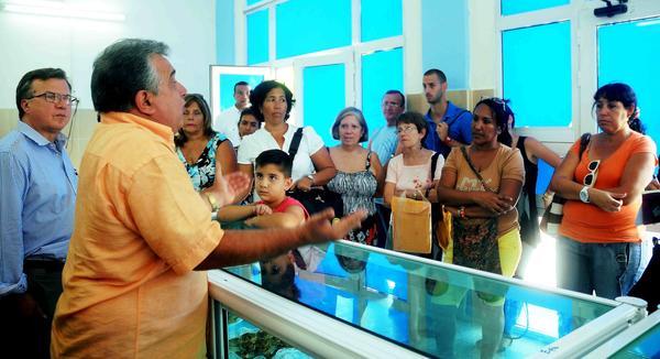 """Luis Carlos Góngora (I), Director de la Empresa Provincial de la Industria Alimentaria, se dirige a pacientes celíacos (intolerancia al gluten de los cereales, trigo, avena, cebada, centeno), para anunciarles la próxima apertura de la Panadería Dulcería Especializada """"La Antigua Chiquita"""", en el municipio de Centro Habana, en La Habana, Cuba, el 26 de marzo de 2015. AIN FOTO/ Oriol de la Cruz"""