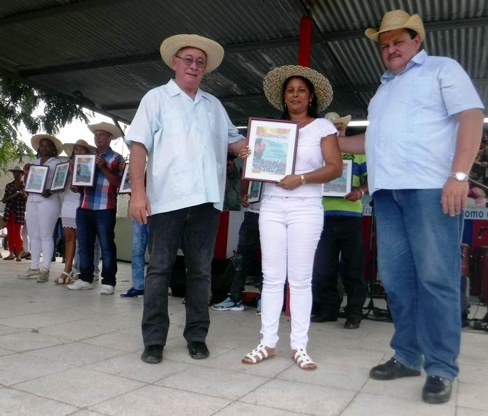 El Primer Secretarido del Partido Lázaro Expósito y el Presidente de la ANAP, Rafael Santiesteban entregaron certificados a los Vanguardias