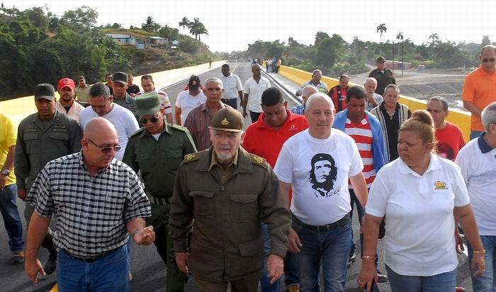 El Comandante de la Revolución Ramiro Valdés Menéndez, acompañado por las máximas autoridades de la provincia y el municipio de Baracoa, calificó de excelente la calidad del puente sobre el río Toa. Foto: Leonel Escalona Furones