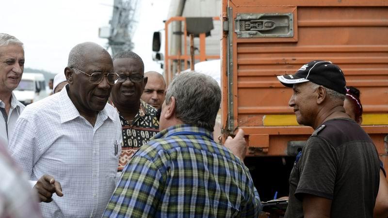 Intercambia Salvador Valdés con trabajadores del transporte en La Habana. Foto: Julio César Vila Martínez
