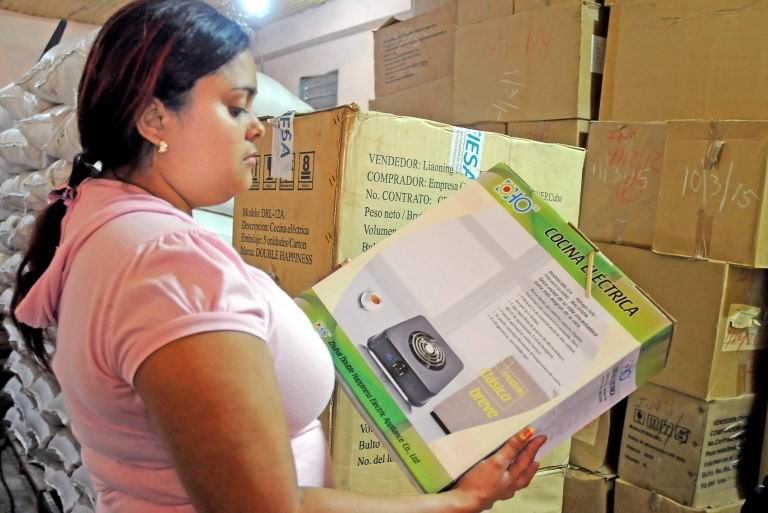 Benefician a damnificados de Mathew con módulo de bienes para el hogar. Foto: Leonel Escalona Furones