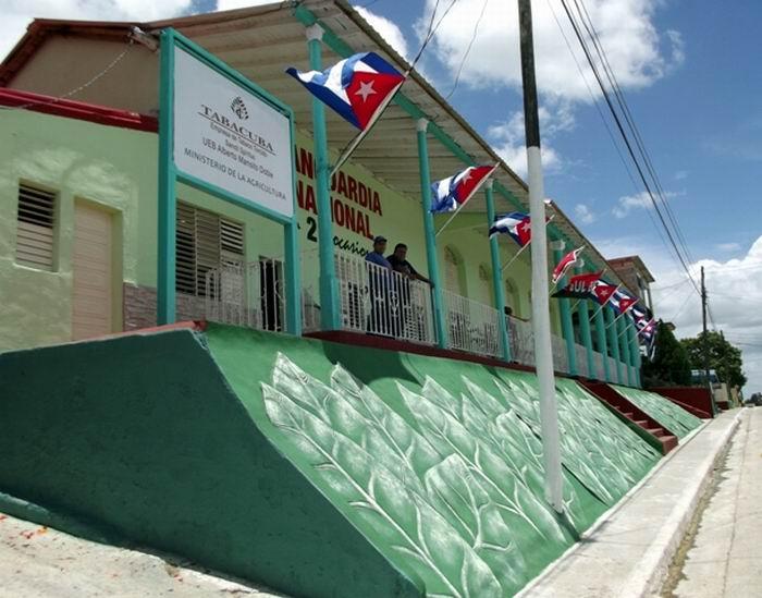 Desde la fachada se aprecia el programa de reparación y mantenimeinto en la Fábrica de Tabacos de Taguasco. Foto: Miozotis Fabelo