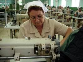 Fábrica textil cubana sufre los daños del bloqueo