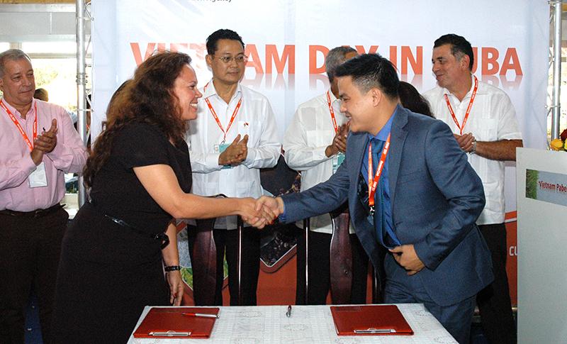 La comercial de la corporación TRD, Yamilé Álvarez, precisó que representantes de ambas partes inaugurarán el próximo diciembre dos tiendas TRD con productos vietnamitas. Foto: Sergei Montalvo