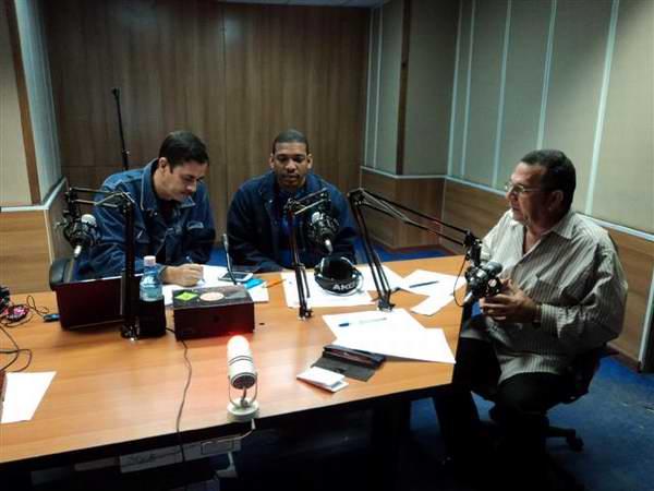 Funcionarios de la Unión Nacional Eléctrica cubana responden las preguntas de los oyentes del programa Haciendo Radio. Foto José Cabrera Peinado