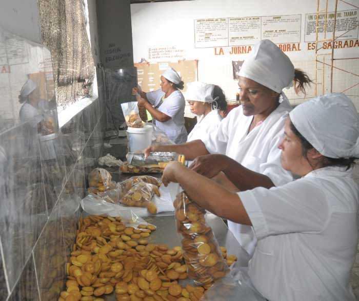 Una fábrica de galletas dulces en el municipio mayabequense de Batabanó. Foto Radio Victoria