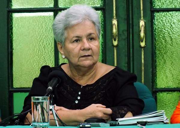 Reconoce Gladys Bejerano a estudiantes universitarios