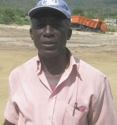 Luis Mariana Lescay, Jefe de la Brigada de Movimiento de Tierra, que concluyó en 18 días la plataforma para la instalación de la potabilizadora de agua de mar y el víal de acceso. Foto: Carlos Sanabia