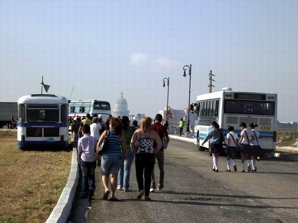 Los choferes e inspectoresvelan para que el multitudinario público llegue en tiempo a San Carlos de la Cabaña. Foto Abel Rojas