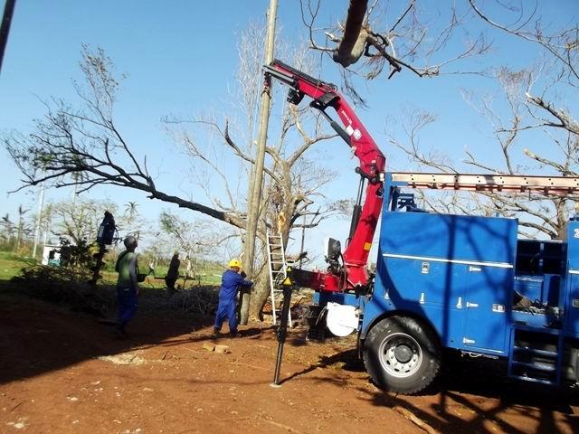 Las labores de recuperación incluyen hasta la colocación de nuevos postes.