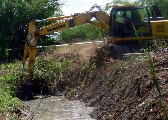 Realizan mantenimiento a canales de drenaje guantanameros