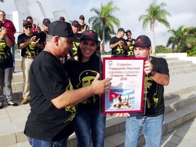 El primer Secretario del PCC en Camagüey, Jorge Luis Tapia Fonseca entrega al colectivo la condición de Vanguardia nacional.