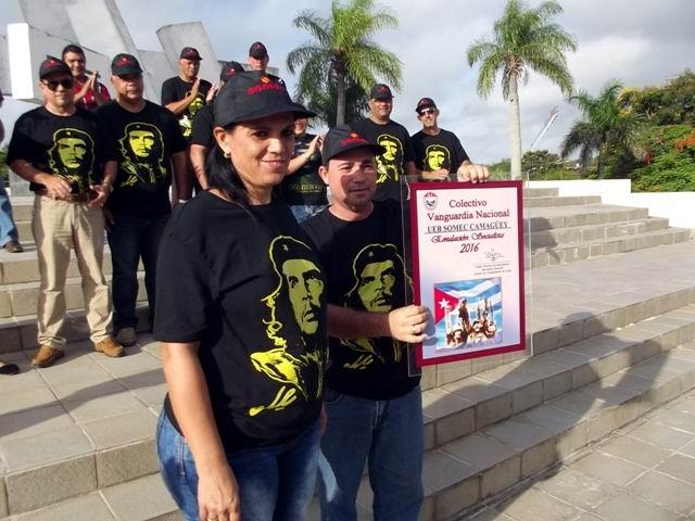 La directora Dayamí Rodríguez y el Secretario del Sindicato Ariel tejedor reciben el reconocimiento.