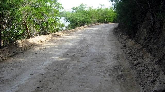 Terraplen de cuatro kilómetros de acceso a la desalinizadora por la carretera de Mar Verde. Foto: Carlos Sanabia