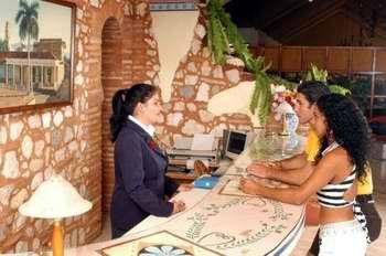 Trabajadora del turismo y la hoteler�a en Cuba. Foto Radio Trinidad