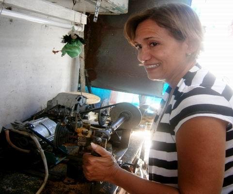 Hago un trabajo de torno para gomas y fresa destinado a equipos electrodomésticos, comenta Yolanda Fajardo Rodríguez. Foto: Mireya Ojeda