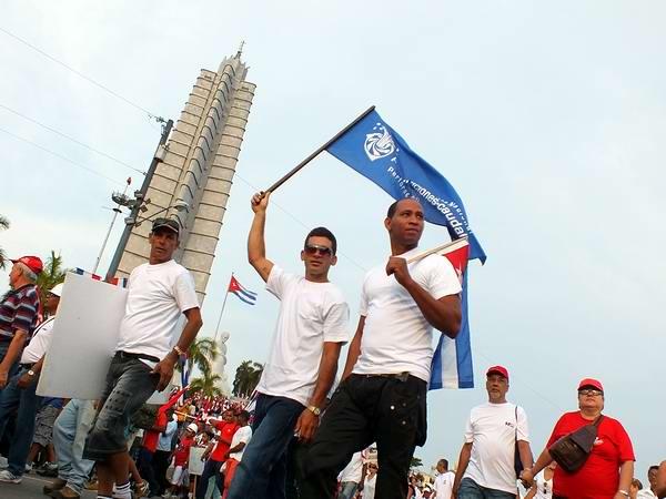 Los jóvenes con paso firme y seguro mostraron su disposición de defender las victorias alcanzadas por la Revolución. Desfile por el 1ro. de Mayo. Foto: Abel Rojas Barallobre