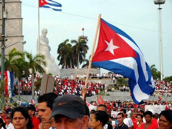 La bandera cubana, protagonista del desfile por el 1ro. de Mayo. Foto: Abel Rojas Barallobre.