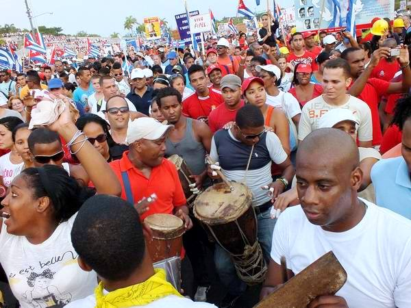 Alegría y dinamismo del pueblo en el 1ro. de Mayo. Foto: Abel Rojas Barallobre
