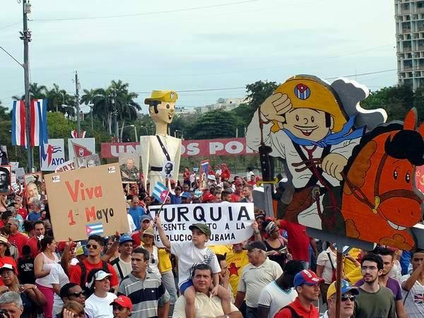 Colorido y alegría matizaron el desfile por el 1ro. de mayo. Foto: Abel Rojas Barallobre.