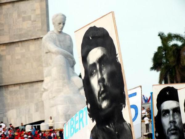 Pancartas y carteles colorearon la alegórica Plaza de la Revolución José Martí. Foto: Abel Rojas Barallobre.