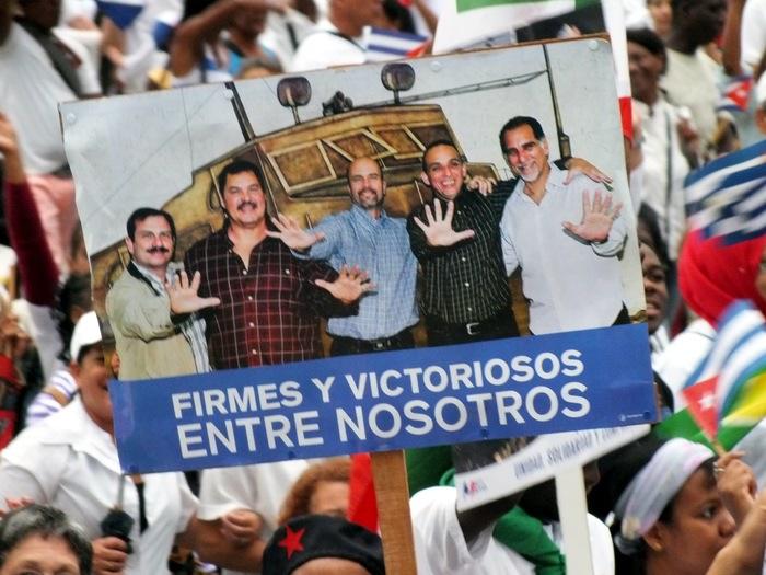 Los Cinco Héroes presentes en la Plaza. Foto:Abel Rojas Barallobre