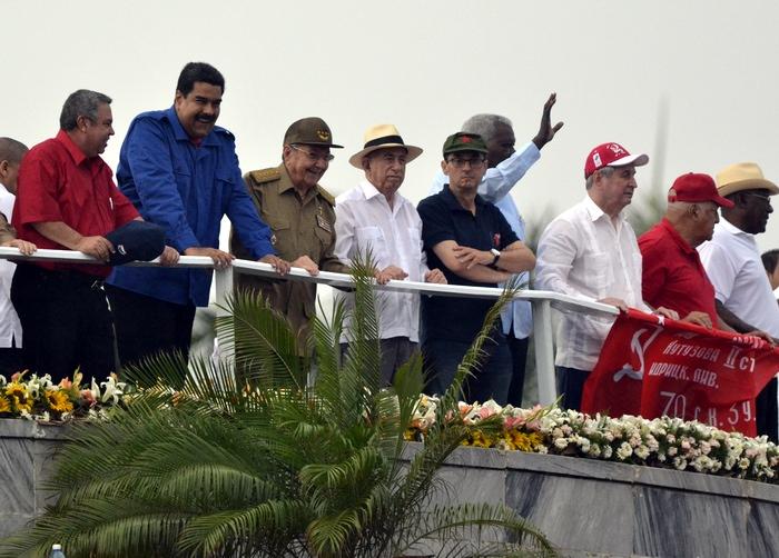 El Presidente cubano Raúl Castro estuvo acompañado por su par de la República Bolivariana de Venezuela, Nicolás Maduro, y otros dirigentes del PCC y del Gobierno. Foto:Abel Rojas Barallobre