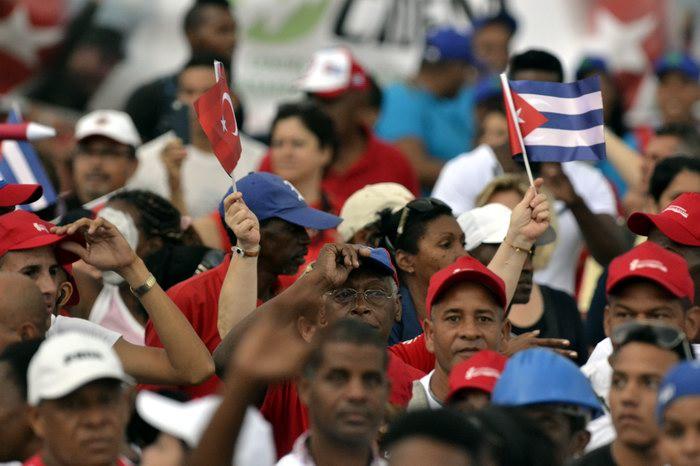 Cientos de miles de cubanas y cubanos desfilaron este 1ro. de mayo. Foto: Abel Rojas Barallobre