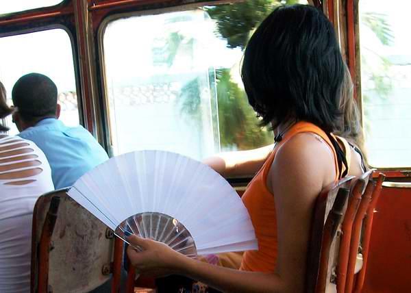 Es frecuente ver a muchas personas utilizando abanicos en los ómnibus urbanos. Foto Abel Rojas