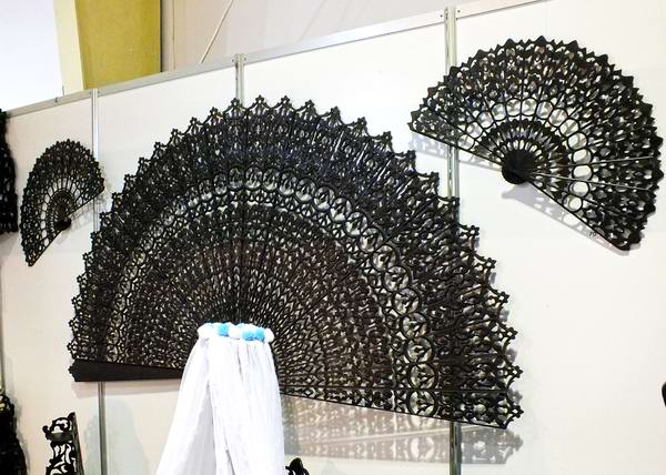 Hay algunos abanicos más grandes que son utilizados en la decoración de los locales. Foto Abel Rojas