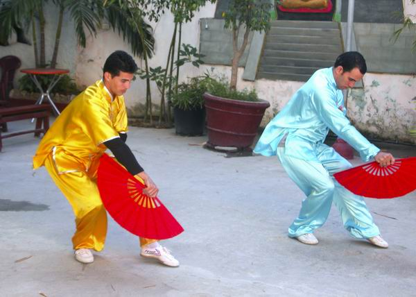 En el capitalino Barrio Chino se puede apreciar el uso del abanico en las prácticas de artes marciales. Foto Abel Rojas