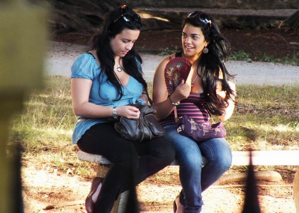 Debido a nuestro clima, es frecuente ver a muchas personas utilizando abanicos. Foto Abel Rojas