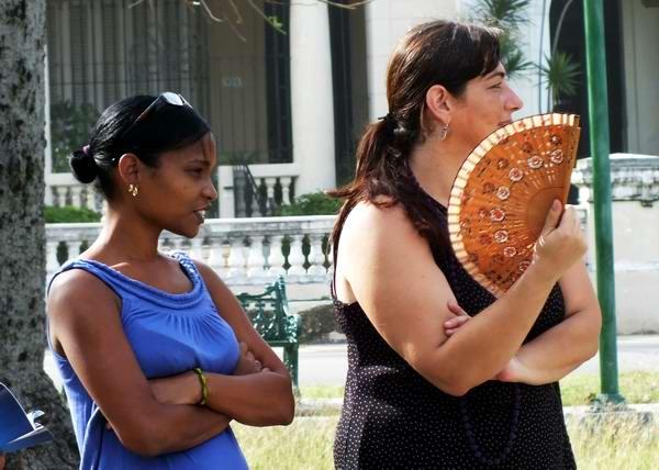 Las personas utilizan frecuentemente el abanico, en especial en estos meses de verano. Foto Abel Rojas