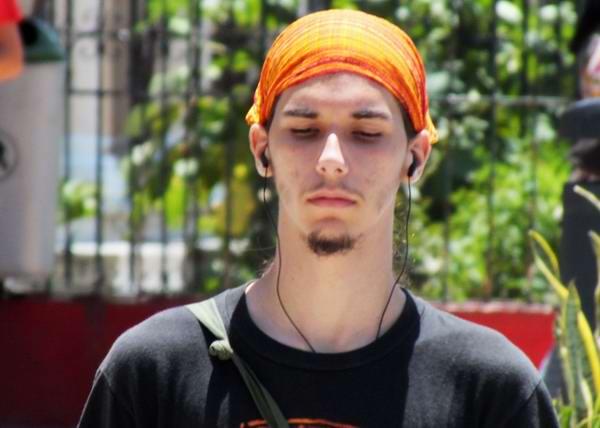 Los audífonos y los jóvenes cubanos. Foto Abel Rojas