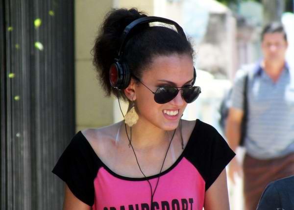 Los audífonos en los jóvenes cubanos. Foto Abel Rojas