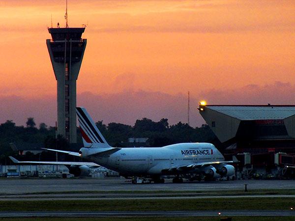 Una torre de control es un edificio cuya cima se sitúa una sala de control, desde la que se dirige y controla el tráfico de un aeropuerto. Foto Abel Rojas Barallobre