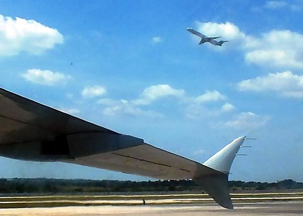 El ala es una superficie aerodinámica que le brinda sustentación al avión; logrando que contrarreste la acción de la gravedad. Foto Abel Rojas Barallobre