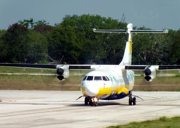 ATR 42. Avión comercial regional fabricado en Francia e Italia. Es una aeronave mediana propulsada por dos motores turbohélices; y tiene menor costo operativo que cualquier otro avión de su categoría. Foto Abel Rojas Barallobre