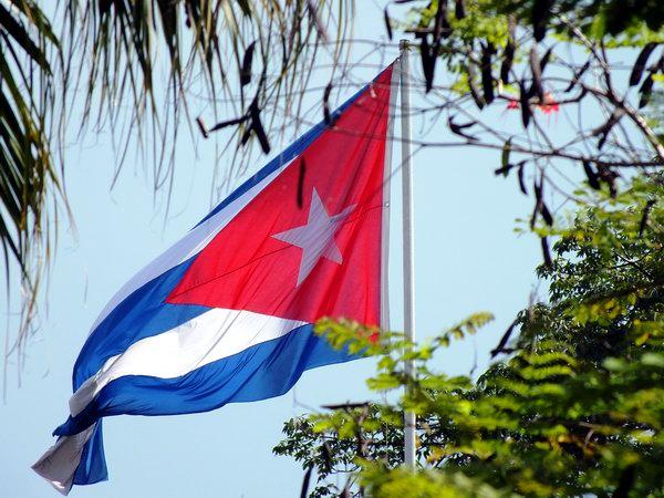 Son bien conocidos los significados que expone la bandera cubana: el triangulo rojo significa la sangre derramada por los cubanos, las franjas azules representan las tres regiones en que estaba dividido el país en aquel momento histórico; y las franjas blancas demuestran la pureza de los ideales. Foto Abel Rojas Barallobre
