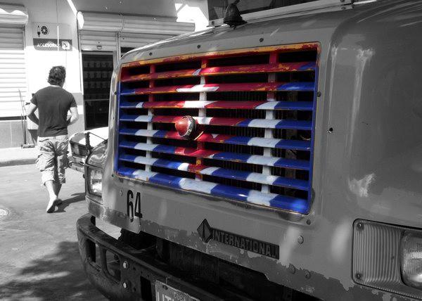 Existen varias prohibiciones para evitar los usos inadecuados de la Bandera Cubana; una de ellas es que no debe ser pintada, grabada o dibujada en los vehículos, a excepción de las aeronaves. Foto Abel Rojas Barallobre