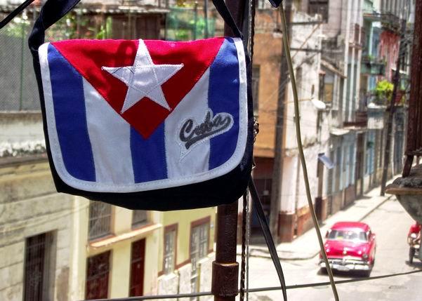 La Bandera Cubana no se debe utilizar como distintivo o anuncio. Foto Abel Rojas Barallobre