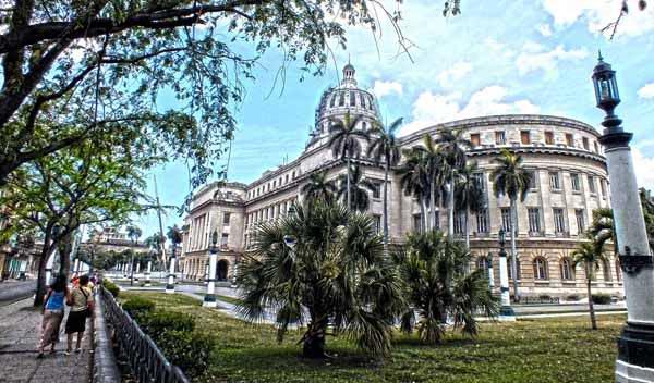 Majestuoso, el Capitolio Nacional de Cuba se erige en la zona más céntrica de La Habana. Foto Abel Rojas Barallobre