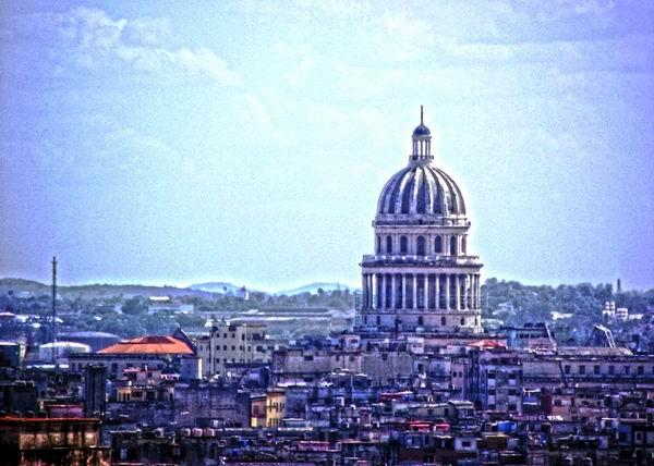 La cúpula del Capitolio, de casi 92 metros de altura, hace que sea visible desde casi cualquier punto de La Habana. Foto Abel Rojas Barallobre