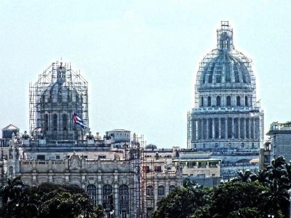 Dos cúpulas de referencia en La Habana: el del Capitolio Nacional de Cuba y del actual Museo de la Revolución. Ambos en restauración. Foto Abel Rojas Barallobre
