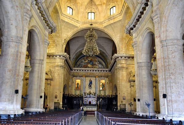La Catedral de la Arquidiócesis de La Habana se caracteriza por sus dos grandes torres campanarios y un espléndido piso de mármol blanco y negro. Foto: Abel Rojas Barallobre