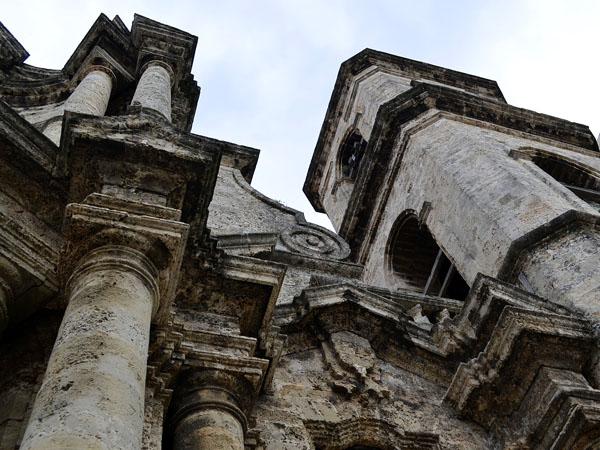 http://www.radiorebelde.cu/images/images/galerias/catedral-de-la-habana/catedral-habana-05-foto-abel-rojas-barallobre.jpg