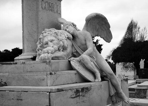 http://www.radiorebelde.cu/images/images/galerias/cementerio-colon/necropolis-cristobal-colon-cementerio-08-foto-abel-rojas-barallobre.jpg