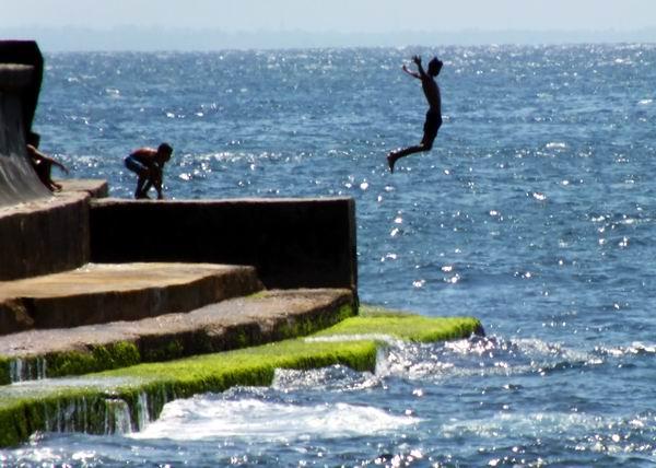 Un gran salto para tomar un chapuzón en la costa. Foto Abel Rojas
