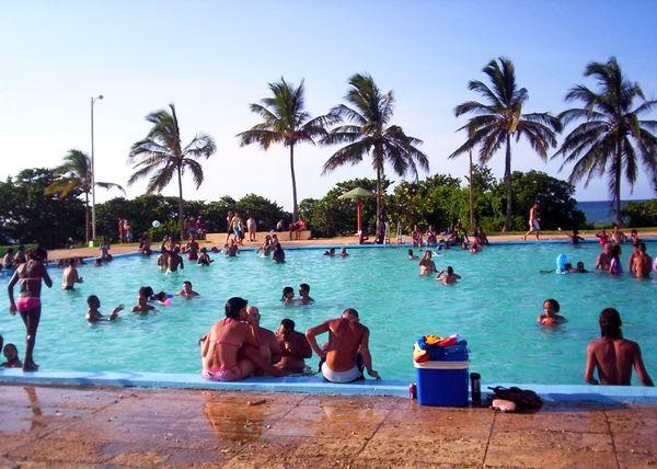 Miles de vacacionistas disfrutan de las piscinas en los gustados campismos populares. Foto Abel Rojas